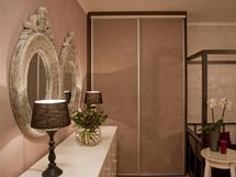 Dveře skříní jsou potapetované stejně jako stěna vedle nich