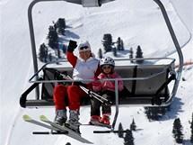 Itálie, Dolomity. Kateřina Neumannová s dcerou Luckou na lanovce