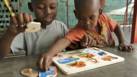 Sourozenci Steve (8 let) a Richard (5 let) Cherivalovi skládají v centru Don Bosco v Port-au-Prince puzzle z dodávky UNICEF.