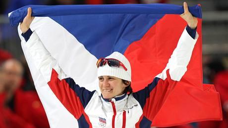 S VLAJKOU NAD HLAVOU. Martina Sáblíková oslavuje obrovský triumf, je olympijskou vítězkou na 3 000 metrů.