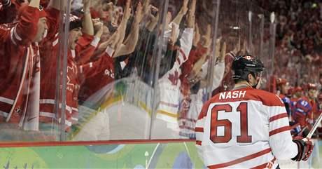 DIVÁCI JSOU VE VARU. Kanadský útočník Rick Nash právě dal gól ve čtvrtfinále Rusku a spolu s ním slaví i diváci v Canada Hockey Place.