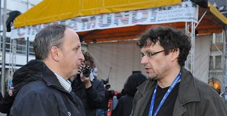 Jan Kraus a ředitel festivalu Cinema Mundi Jiří Králík při zahájení na brněnském náměstí Svobody.