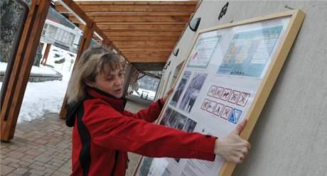 Eva Hebelková instaluje panely s informacemi pro turisty v prostorách vstupu do jeskynního systému Balcarka v Moravském krasu.
