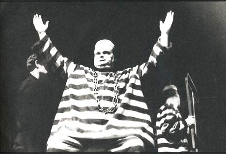 Jan Libíček v inscenaci hry Alfreda Jarryho Král Ubu, Divadlo Na zábradlí, rok 1964, režie Jan Grossman