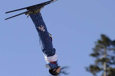 Americká akrobatická lyžařka Jana Lindseyová při svém skoku na ZOH ve Vancouveru.