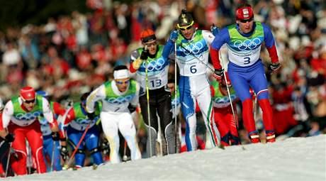 Lukáš Bauer v čele závodníků při závodu ve skiatlonu.