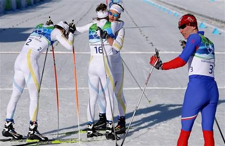 Lukáš Bauer (vpravo) se slavícími švédy.