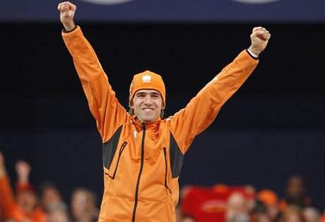 Mark Tuitert z Nizozemska se raduje vítězství na rychlobruslařské trati 1500 metrů na ZOH ve Vancouveru.