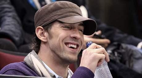 Michael Phelps pozoruje olympijské závody v short tracku na ZOH ve Vancouveru.