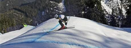 Xavier Kuhn z Francie na trati závodu ve skicrossu.