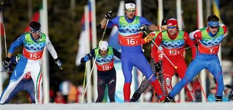 Český reprezentant Dušan Kožíšek (číslo 16) na trati olympijského sprintu dvojic