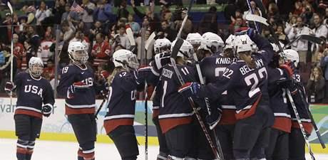 Americké hokejistky se radují poté, co postoupily do finále olympijského turnaje