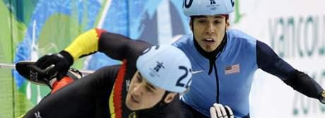 Němec Tyson Heung padá přes Francouze Thibauta Fauconneta, kolizi se snaží vyhnout Američan Apolo Anton Ohno.