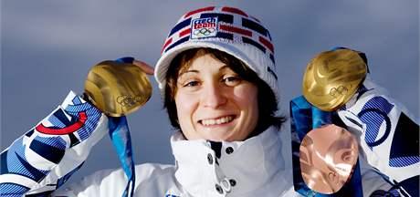 Česká rychlobruslařka Martina Sáblíková se svými třemi olympijskými medailemi. (25. února 2010)
