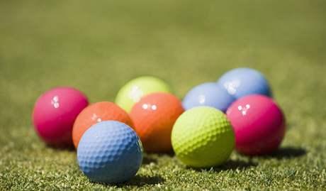 Barevné golfové míče - ilustrační.