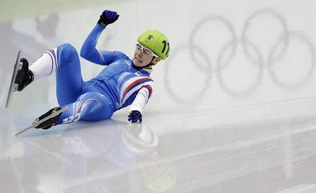 VZHŮRU NOHAMA. Olympijské kruhy se na ledě pouze odrážejí, kdežto Kateřina Novotná je skutečná. Bohužel, protože její pád znamenal konec nadějí.
