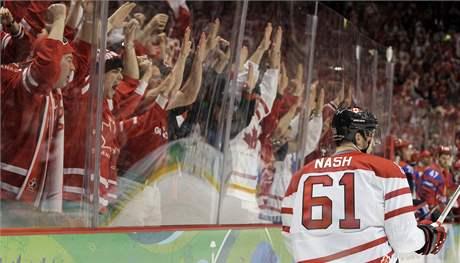 ZLATÁ HOREČKA ŽIJE. S kanadskými hokejisty to po dvou nevydařených zápasech v základní skupině vypadalo zle nedobře, ale kruciální čtvrtfinálový duel hráči zvládli a k cestě za zlatem už jim zbývá