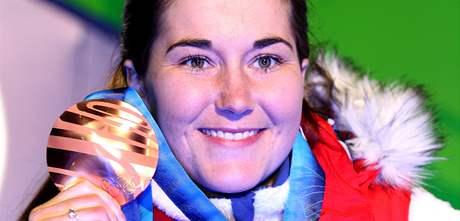 Lyžařka Šárka Záhrobská s bronzovou olympijskou medailí.