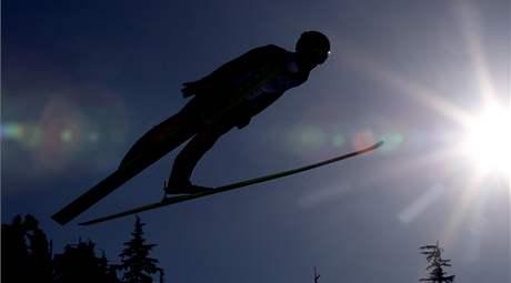 Švýcarský skokan Simon Ammann při vítězném olympijském závodě na velkém můstku.