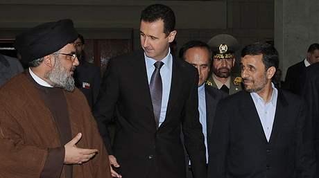 Zleva šéf Hizballáhu Hasan Nasralláh, syrský prezident Bašár Assad a íránský prezident Mahmúd Ahmadínežád