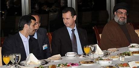 Zprava šéf Hizballáhu Hasan Nasralláh, syrský prezident Bašár Assad a íránský prezident Mahmúd Ahmadínežád