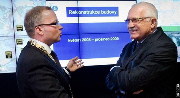Starosta Prahy 6 Tomá� Chalupa provád�l v lednu 2010 Václava Klause po nov� otev�ené radnici.