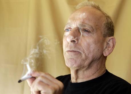 Perry Parks s marihuanovou cigaretou