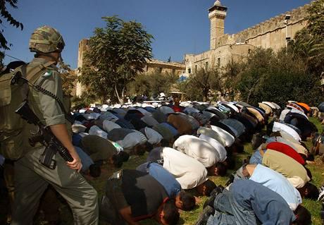 Palestinci se modlí v Hebronu u Hrobky patriarchů