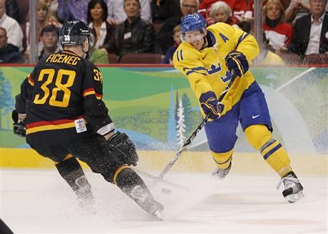 Jakub Ficenec (vlevo) bojuje se Švédem Danielem Alfredssonem