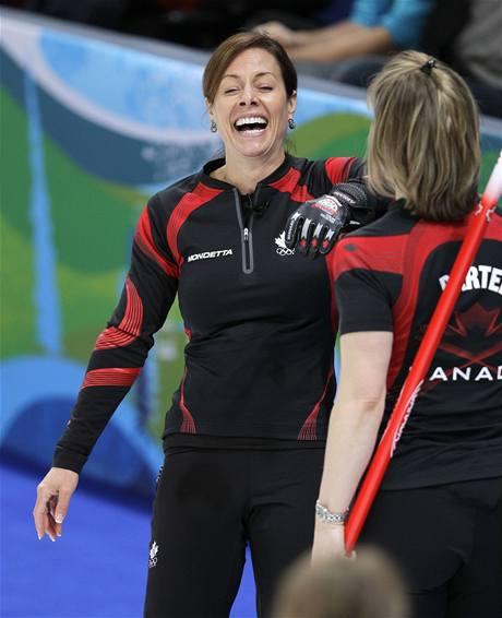 Kanadská skipařka Cheryl Bernardová a její spoluhráčka Cori Bartelová se radují v curlingovém turnaji žen na ZOH ve Vancouveru.