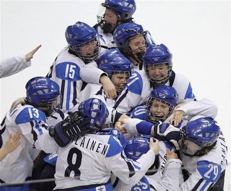 Finská radost v zápase o třetí místo v hokeji žen na ZOH ve Vancouveru.