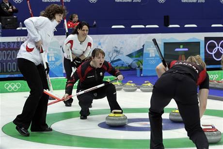 Utkání curlingu žen mezi Kanadou a Švýcarskem.
