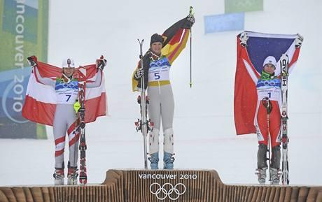 Trio medailistek ze slalomu speciál se raduje na stupních vítězů. Zleva Marlies Schildová z Rakouska, Němka Maria Rieschová a česká reprezentantka Šárka Záhrobská.