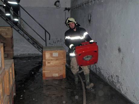 Hasiči na Zlínsku odčerpávají vodu ze zatopených prostor