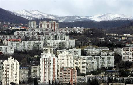 TO NENÍ JIŽŇÁK, i když architektura je velmi známá, a nejen z jisté panelákové pražské čtvrti, ale vlastně z celé České republiky. Hory v dálce však napovídají. Ano, uhádli jste, i toto je Vancouver.