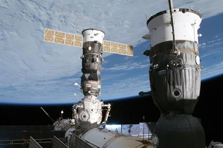 Kosmické lodi Sojuz a Progress kotvící u Mezinárodní vesmírné stanice