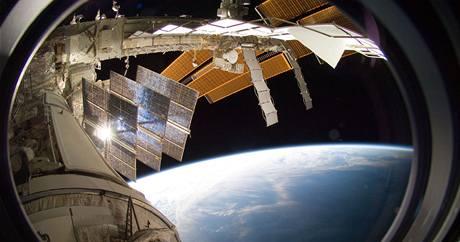 Výhled kulovým okénkem z Mezinárodní vesmírné stanice