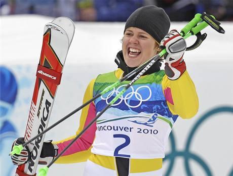 Překvapivá vítězka obřího slalomu Viktoria Rebensburgová se raduje z olympijského triumfu.