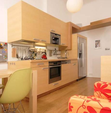Kuchyně je řešena prakticky. Jednobarevnou kuchyňskou linku doplňuje jídelní pult a praktické sezení