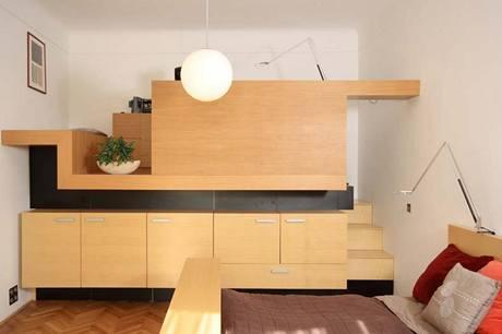 Podobně jako v dětském pokoji i v ložnici rodičů byl vytvořen úložný prostor, v jehož patře se skrývá praktická pracovna