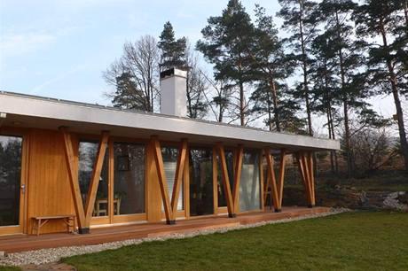 Kombinace zděné a dřevěné konstrukce se na fasádě nejvýrazněji projevuje atypickými sloupy ve tvaru V, které vyrůstají z dřevěné terasy a plní i funkci zavětrování stavby
