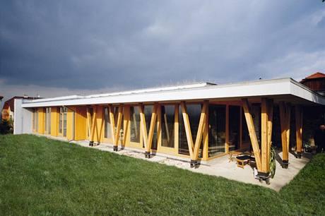 Dřevěnou terasu tvoří základní betonová deska,  dřevěný rošt a decking Bangkirai, profil 19 x 90 mm. Majitel jej jednou ročně natírá olejem