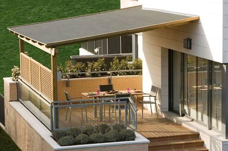 Přes léto poslouží krytá terasa jako další obývací pokoj i jídelna