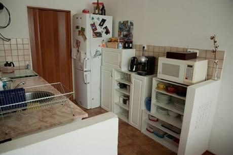 Kuchyňské skříňky jim věnovali sousedé, když si renovovali svou kuchyni