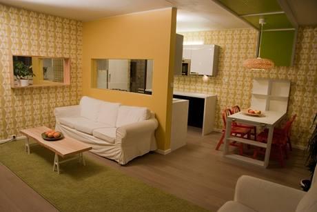 Stejný tvar a velikosti jako okno mezi oběma místnostmi má i zrcadlo zavěšené na vedlejší stěně