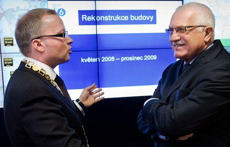 Starosta Prahy 6 Tomáš Chalupa prováděl v lednu 2010 Václava Klause po nově otevřené radnici.