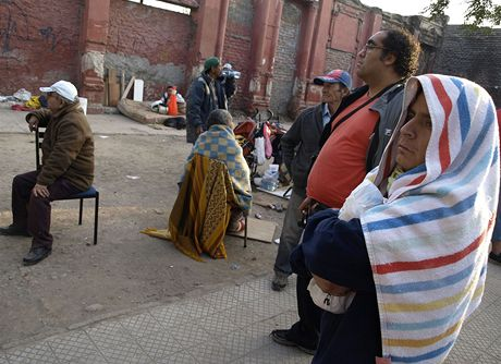 Lidé po zemětřesení postávají před svými domy. Mají strach z dalších otřesů.