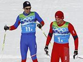 Český závodník Martin Koukal (vlevo) vedle Pettera Northuga z Norska v cíli olympijského závodu štafet. Zlatou medaili slaví Švédové (vpravo)