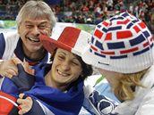 Rychlobruslařka Martina Sáblíková slaví po olympijském závodě na 5000 metrů s trenérem Petrem Novákem (vlevo) a další rychlobruslařkou Karolínou Erbanovou (vpravo)