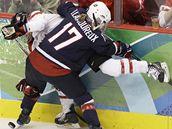 Američanka Jocelyne Lamoureuxová v souboji s kanaďankou Sarah Vaillancourtovou v hokejovém finále žen ZOH ve Vancouveru.